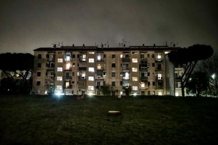 Condomini di via Monte Massico Roma Alveare pieno e sedia vuota.